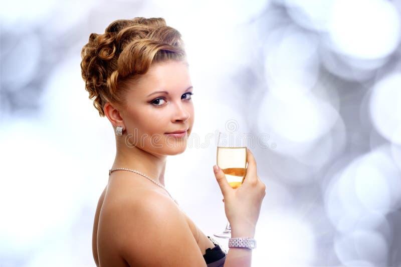 Mulher nova com um vidro do champanhe fotos de stock royalty free