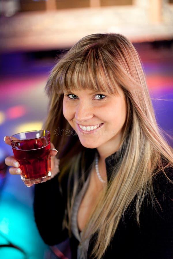 Mulher nova com uma bebida fotos de stock royalty free