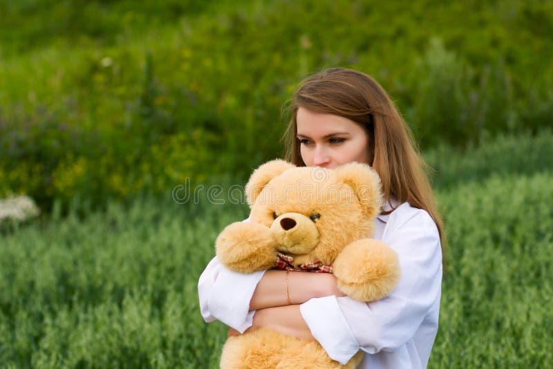 Mulher nova com urso de peluche. fotos de stock royalty free