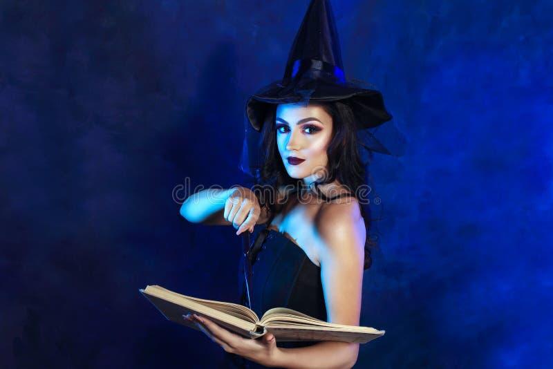 Mulher nova com varinha mágica foto de stock royalty free