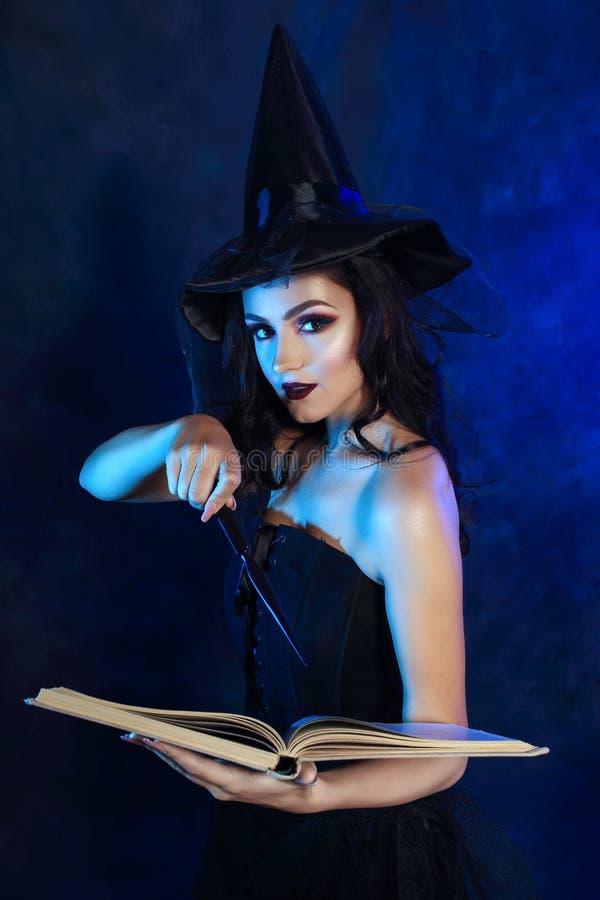 Mulher nova com varinha mágica fotos de stock