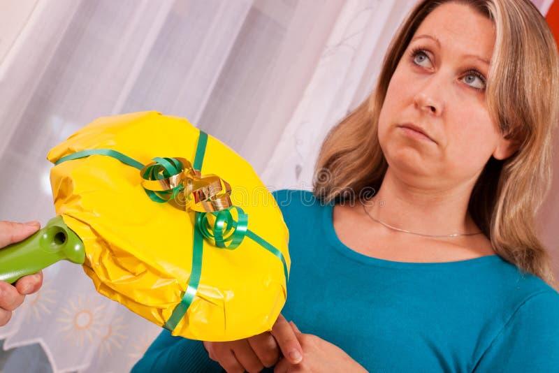 A mulher nova começ um presente irreflectido imagens de stock royalty free