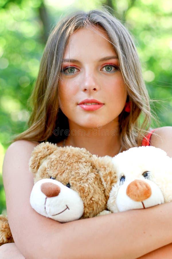 Mulher nova consideravelmente caucasiano com brinquedos foto de stock royalty free
