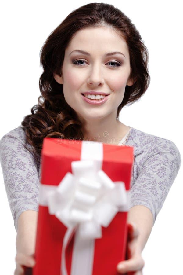 A mulher nova dá um presente imagens de stock