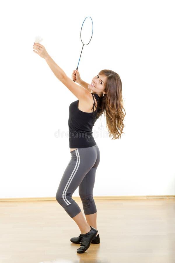 Mulher nova da aptidão que joga o badminton no terno de suor fotos de stock royalty free