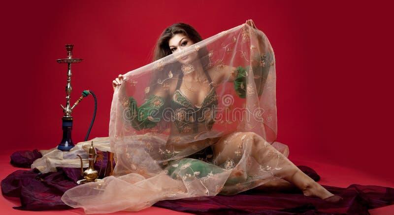 Mulher nova da beleza com o cachimbo de água no véu foto de stock royalty free