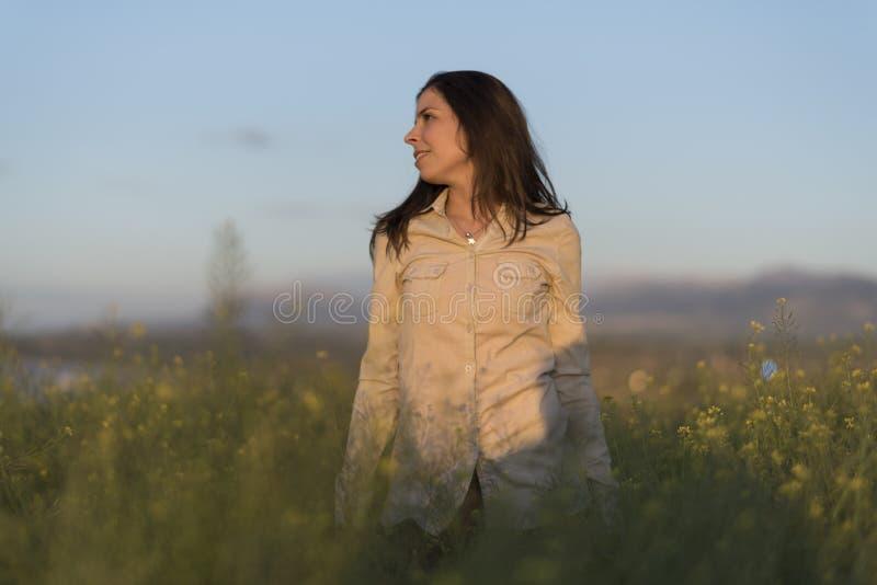 Mulher nova da beleza na imagem da mola do ar livre foto de stock royalty free