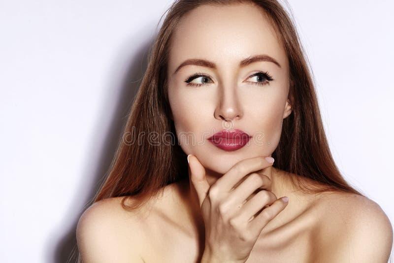 Mulher nova da beleza no branco Girl modelo bonito com composição, bordos vermelhos, pele fresca perfeita Cara expressivo flertan imagem de stock royalty free