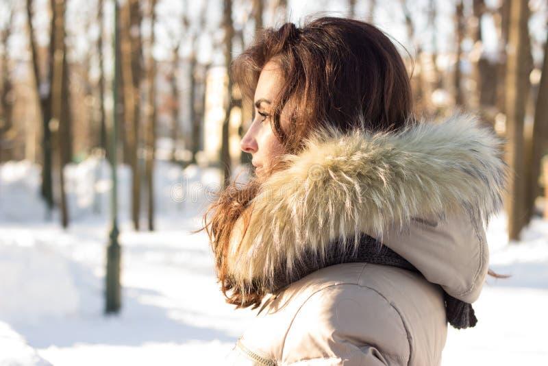 Mulher nova da beleza no parque do inverno fotografia de stock royalty free