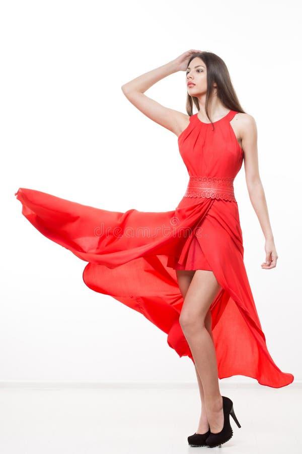 Mulher nova da beleza no vestido vermelho de vibração foto de stock