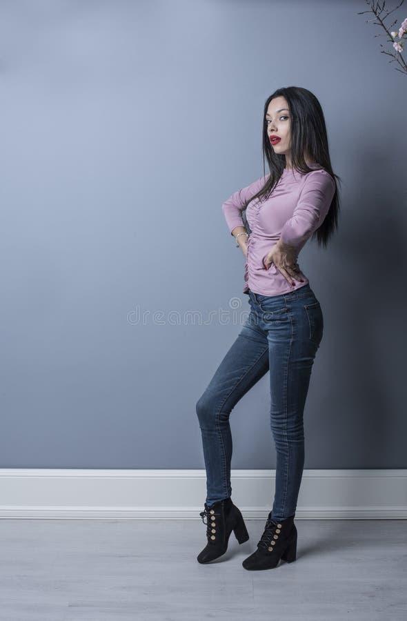 Mulher nova da beleza que levanta no tiro do estúdio foto de stock royalty free