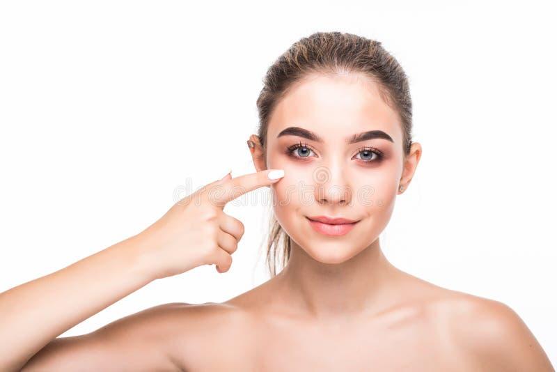 Mulher nova da beleza que verifica sua pele Cosmetologia, cuidados com a pele, tratamento da acne imagem de stock