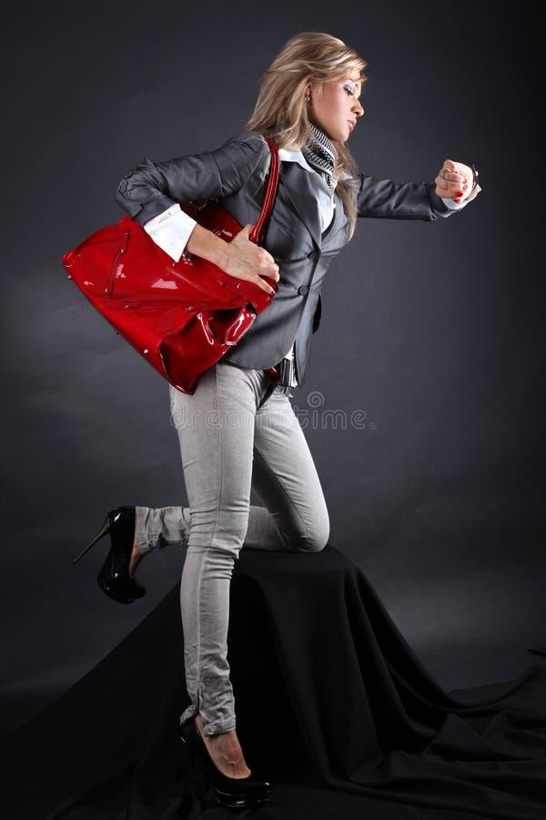 Mulher nova da forma com saco vermelho imagens de stock