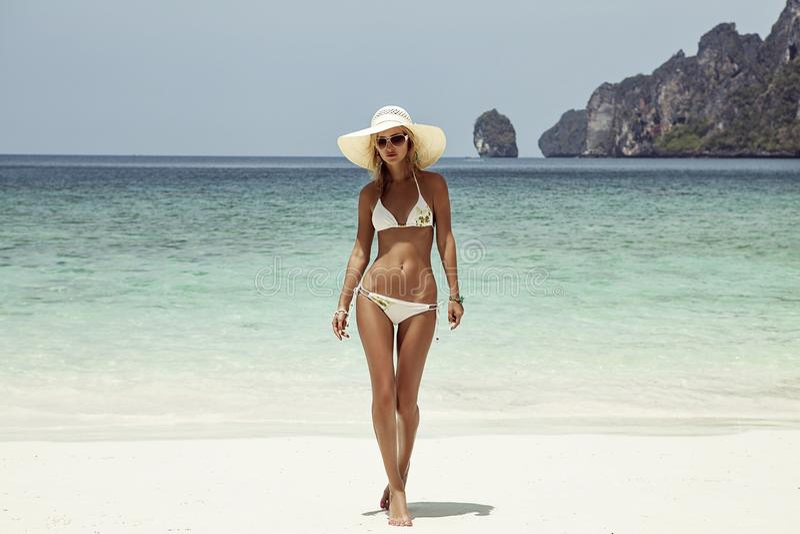 A mulher nova da forma relaxa na praia Estilo de vida feliz da ilha foto de stock