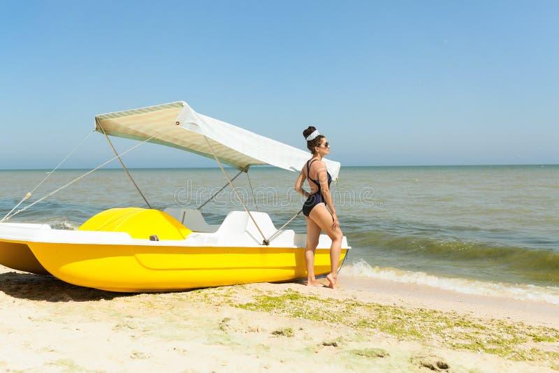 A mulher nova da forma relaxa na praia Estilo de vida feliz da ilha fotografia de stock