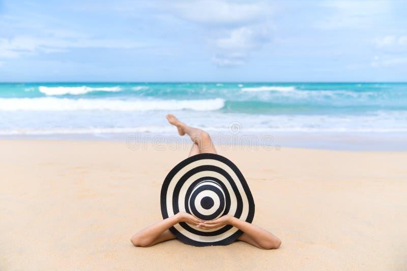 A mulher nova da forma relaxa na praia Estilo de vida feliz da ilha fotos de stock