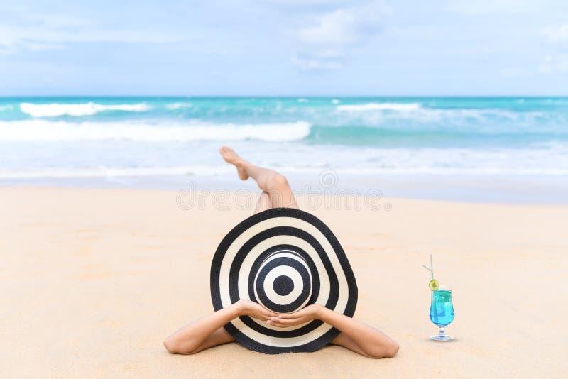 A mulher nova da forma relaxa na praia Estilo de vida feliz da ilha imagem de stock