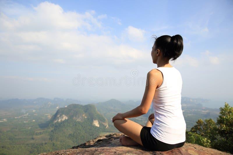 Mulher nova da ioga no nascer do sol imagem de stock royalty free