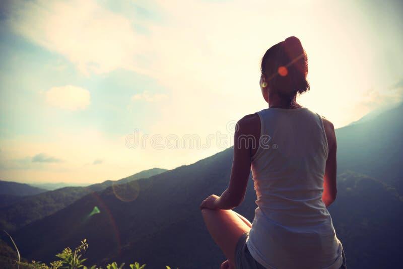 Mulher nova da ioga no nascer do sol imagens de stock royalty free