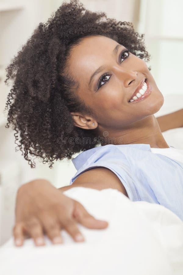 Mulher nova da menina feliz do americano africano de raça misturada imagem de stock