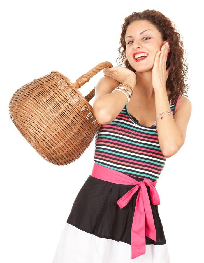 Mulher nova de compra com cesta de vime imagens de stock