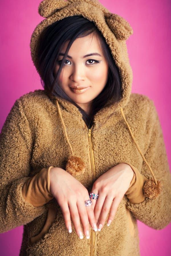 Mulher nova de japão no terno do urso fotografia de stock