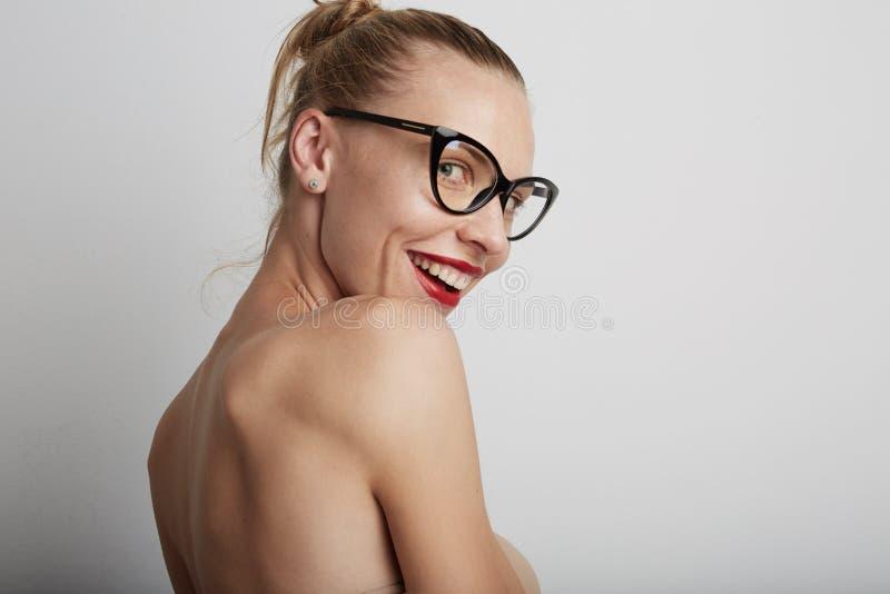 Mulher nova de sorriso bonita Fundo branco imagem de stock royalty free
