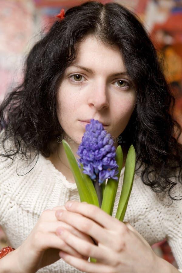 Mulher nova de sorriso com hyacinth fotos de stock