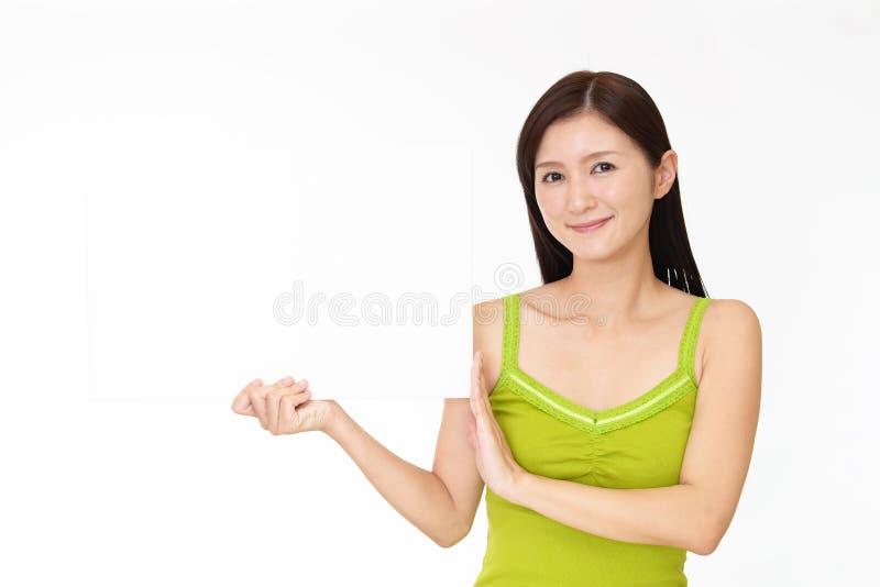 Mulher nova de sorriso foto de stock