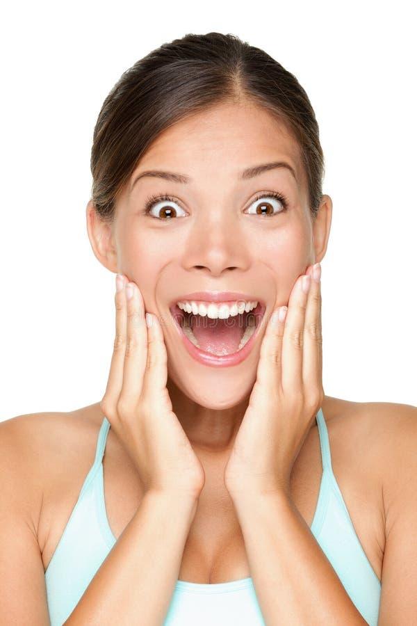 Mulher nova de sorriso feliz surpreendida fotografia de stock