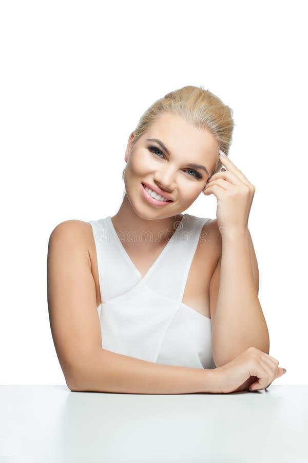 Mulher nova de sorriso isolada no fundo branco foto de stock