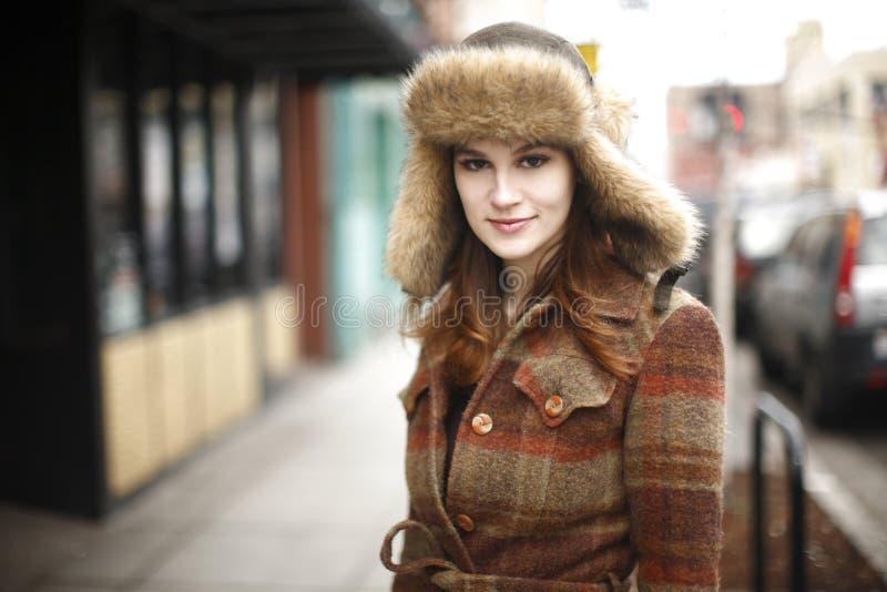 Mulher nova de sorriso na cidade imagens de stock royalty free