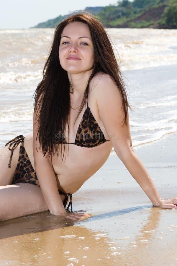 Mulher nova de sorriso no beira-mar fotografia de stock royalty free