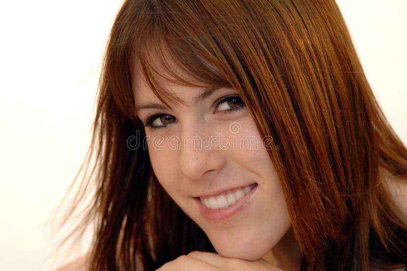 Mulher nova de sorriso ocasional imagens de stock royalty free