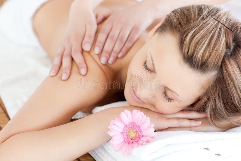 Mulher nova deleitada que recebe uma massagem traseira fotos de stock royalty free