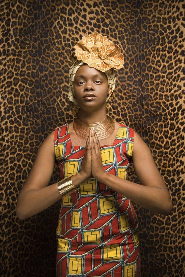Mulher nova do americano africano que Praying e que desgasta T fotografia de stock