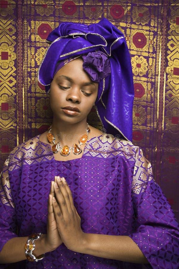 Mulher nova do americano africano que Praying e que desgasta T imagens de stock royalty free