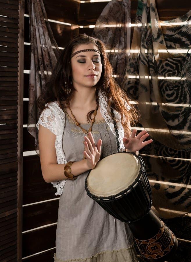A mulher nova do boho da hippie que tem a American National Standard do divertimento joga o cilindro de Jamaica Estilo do Hippie imagem de stock