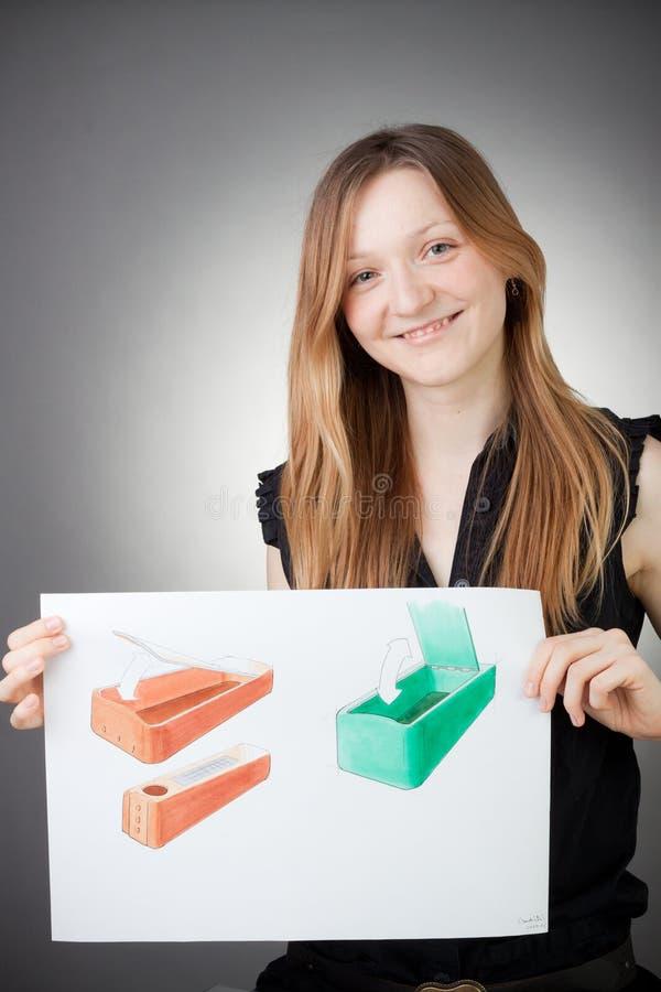 A mulher nova do coordenador de projeto mostra um plano de desenvolvimento fotos de stock royalty free
