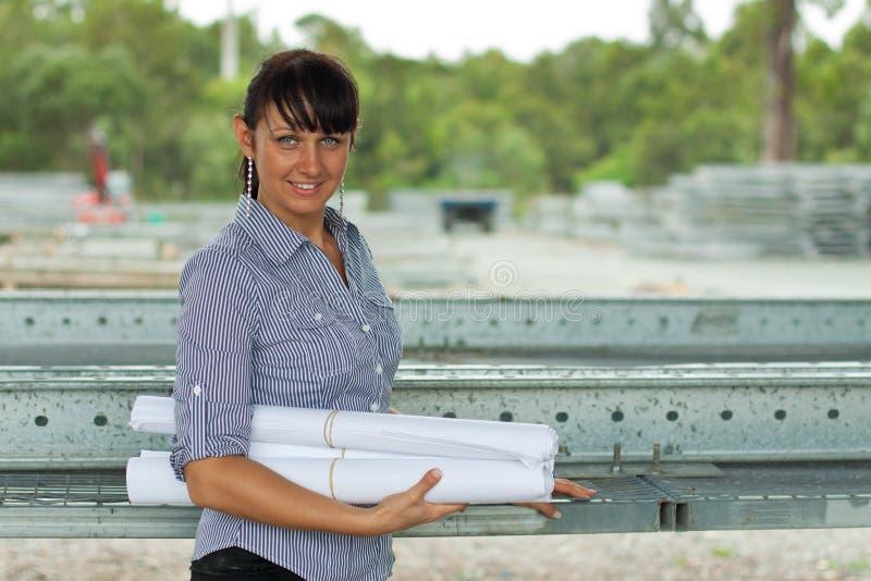 Mulher nova do coordenador no armazém fotos de stock