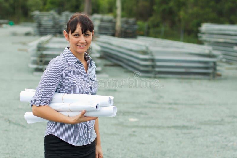 Mulher nova do coordenador que supervisiona a jarda imagens de stock