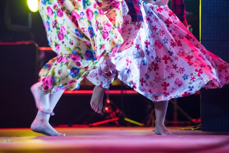 Mulher nova do dançarino com os pés descalços na dança aciganada do vestido na fase fotografia de stock