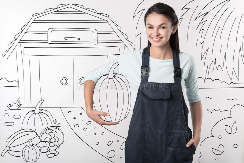 Mulher nova do fazendeiro que está na jarda imagens de stock