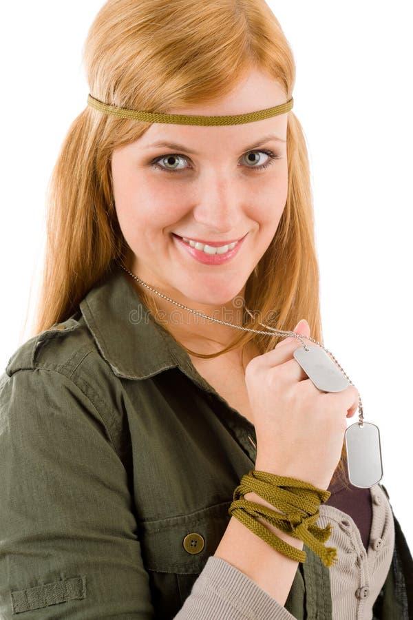 Mulher nova do Hippie no cão-Tag khaki da preensão do equipamento foto de stock royalty free