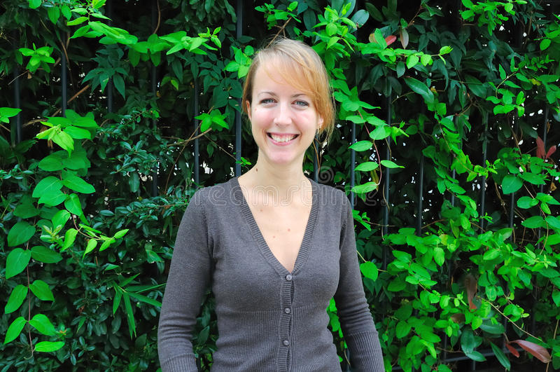 Mulher nova do retrato ao ar livre imagens de stock royalty free