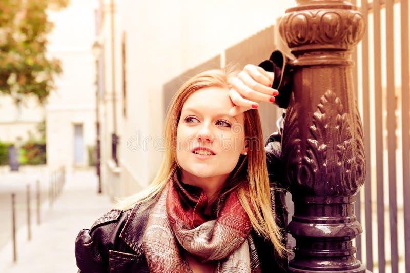 Mulher nova do retrato ao ar livre fotos de stock royalty free