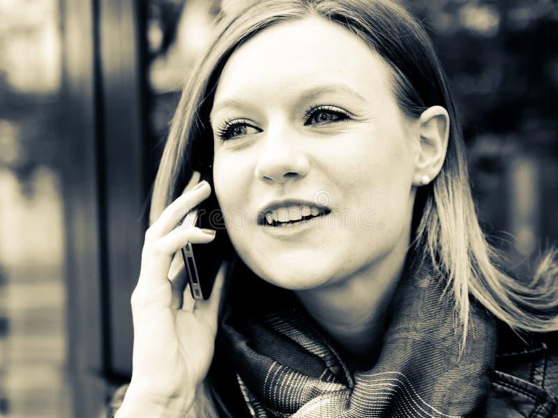 Mulher nova do retrato ao ar livre fotografia de stock royalty free