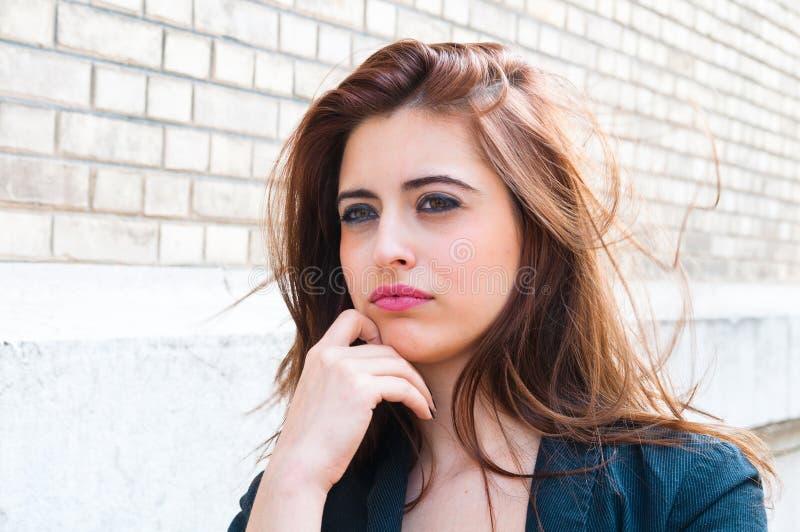 Mulher nova do retrato ao ar livre foto de stock royalty free