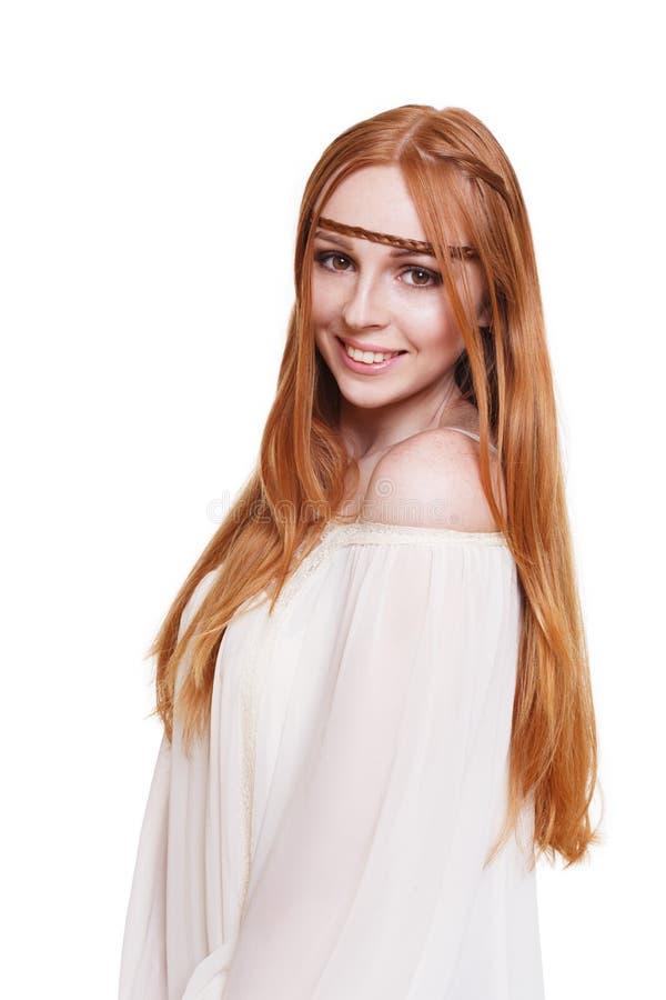 Mulher nova do ruivo do estilo da hippie de Boho isolada foto de stock
