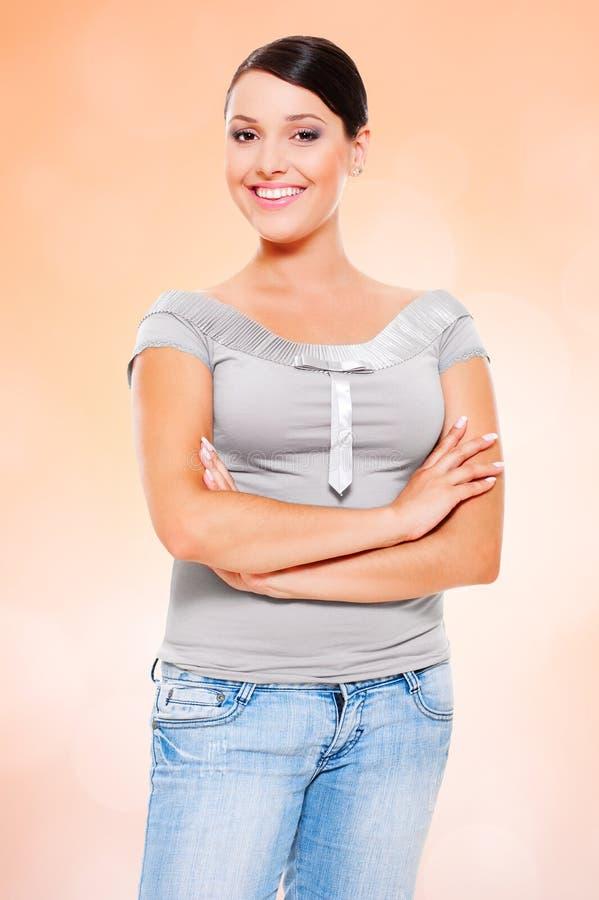 Mulher nova do smiley nas calças de brim foto de stock